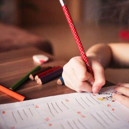 Lapsi kirjoittaa