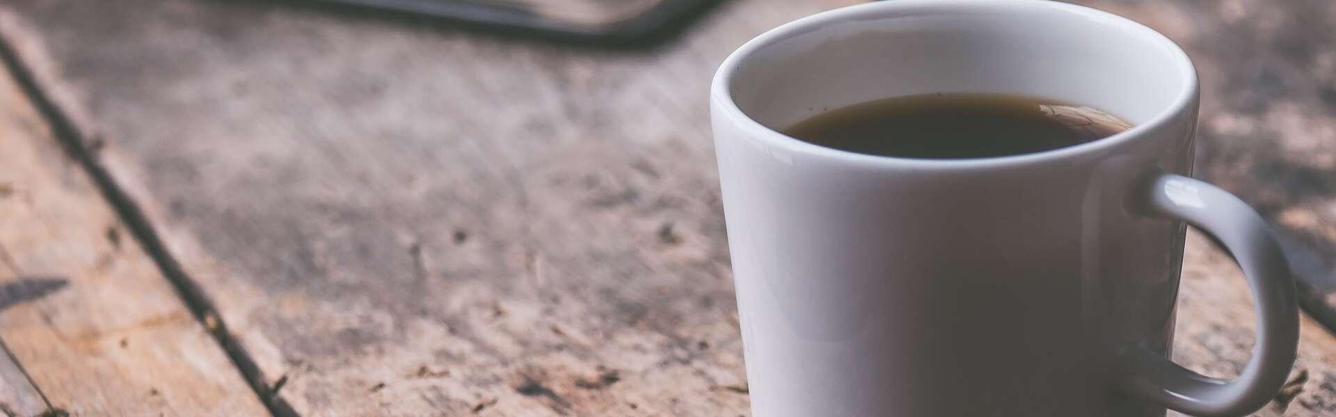 Kahvimuki ja kannettava tietokone
