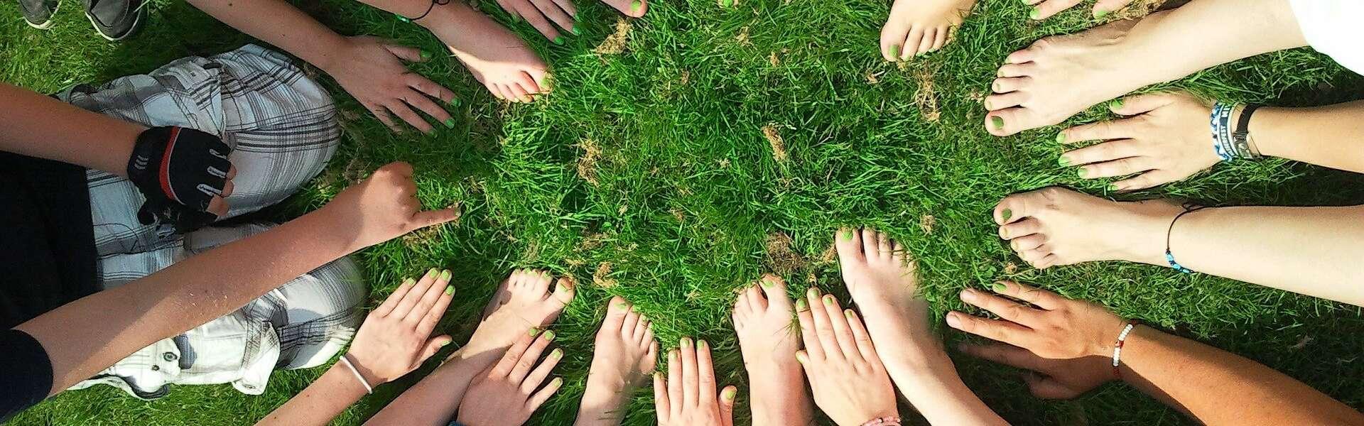 Lapset nurmella